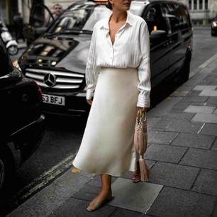 En väldigt fin satin kjol från H&M, köpt från Dubai förra sommarn och sällan använt.  Samma modell som på bilden men i en annan färg som ni ser på bilderna.