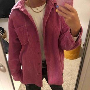 Knappt använda Manchester skjorta/jacka. Kan användas både som skjorta men också som en tunnare vår jacka. Rosa manschester och mjukt fint material! Köpt i new York på en vintage butik.