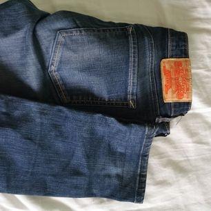 Blåa crocker jeans i storlek 25/32. Raka efter knäna, lågmidjade. Skriv för fler bilder/frågor! Har garderobsrensning så kolla gärna in mina andra annonser för paketpris