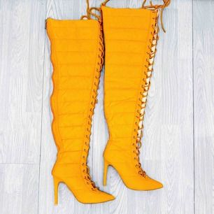 Svincoola orangea thigh high boots från Cape Robin storlek 36, har några missfärgningar.  Möts upp i Stockholm eller fraktar.  Frakt kostar 63kr extra, postar med videobevis/bildbevis. Jag garanterar en snabb pålitlig affär!✨