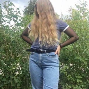 Mom jeans från Ginatricot i storlek 40. Riktigt snygga! Köparen står för frakten, jag skickar endast och tar bara swish. 💚