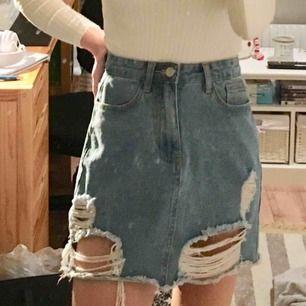 Skitsnygg jeanskjol från NAKD x Andrea Hedenstedt🌸 Fel storlek för mig tyvärr!  Nypris 399:- Nyskick, säljs för 100kr!