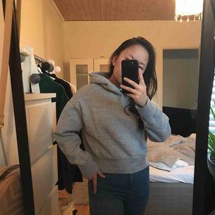 Zara hoodie strl S men passar även XS/M. Är en lite kortare och boxigare modell som är använd vilket kan märkas på ytan men bra använd kvalité.   Nypris runt 159kr ⚡️