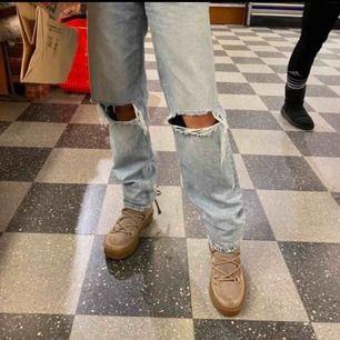 Säljer dessa jättefina raka jeans med hål, liknar zara jeansen! De är i storlek S, passar 25/26/27 i midjan. Jag är 167 cm❣️ byxorna är från hm, helt SLUTSÅLDA