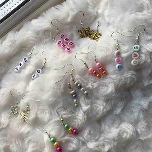 Jätte söta handgjorda örhängen 🥺💓💌✨ De gör en outfit sååå mycket coolare & sötare 😍 Kan special beställa om ni vill ha en viss förkortning/färg! Frakt: 11 kr💓
