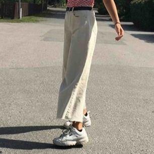 Beiga lösa byxor från Zara!! Jättesköna och fina men kom aldrig till användning, inte riktigt min stil. Storlek 34. Inklusive frakt💘