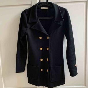 Säljer min svarta Victoria jacket från Busnel i storlek 32. Storleken är svår att få tag i och passar en XS. Superfint skick! Köpte den för över 4400 kronor.