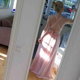 Rosa balklänning, använd en gång och är i fint skick. Uppsydd så att den passar mig som är 165cm lång. Köparen står för frakten!