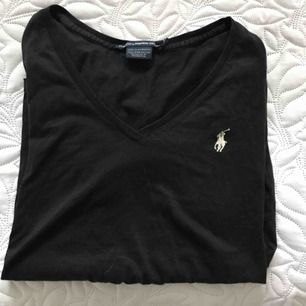 Äkta Ralph Lauren t-shiit svart. Använd men fint skick!  Kan användas utav S och M.