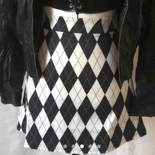 Söt rutig kjol från dollskill / sugar thrillz! Storlek xs❤️❤️ aldrig använd, prislapp sitter frtf på! stängs med dragkedja i höften!💘💘💘 möts i Stockholm!