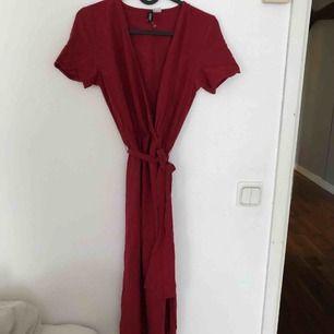 Superfin omlottklänning från h&m, oanvänd                  Möts upp i Stockholm annars står köpare för frakt ☺️💕