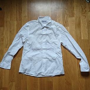Skjorta från American apparel, i fint skick men lite missfärgad på insidan av kragen (va svårt att få med på bild, kan säkert gå bort med Vanish eller liknande). Storlek L men väldigt liten i storleken så skulle uppskatta den som en S.