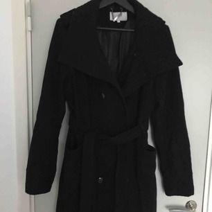 En vår/höst kappa, väldigt varm och når till mitten av låren på mig (175cm). Köpt på Vila för 699kr och i fint skick.