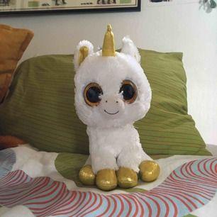 Supergulligt och lent unicorn gosedjur!! Har bara suttit på en hylla så den är inte sliten eller något. Vid frakt står köparen för kostnaden 💌