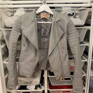 Moto jacket från Chiquelle  Storlek 38 men den är lite liten i storleken så skulle säga att den är som en 36