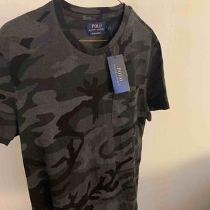 Polo Ralph Lauren t-shirt i storlek M. Inte alls använd, prislappen är kvar. Säljer den då jag tappat bort kvittot.