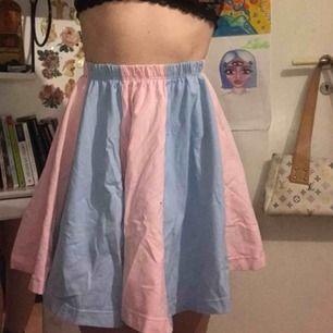 sååå fin kjol som jag tyvärr är lite för stor på mig. Den är väldigt stretchig i midjan. Väldigt gott skick fast skrynklig på bilderna haha. <3