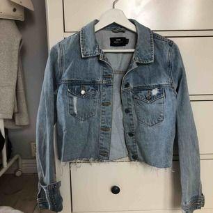 Kort jeansjacka i ljus tvätt från dr denim, superfint skick! Köpare står för frakt