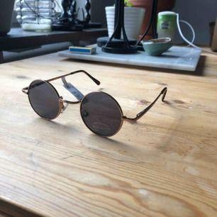 Runda solglasögon i vinyl. Helt oanvända!
