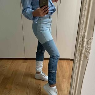 Elsa Hosk x Bikbok deconstructed jeans i storlek XS. Jättefina och unika men används tyvärr för lite.   Köparen står för frakten!