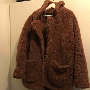 En brun Teddy jacka ifrån Monki. Ett år gammal. Oversize. Så ganska stor Jag är 178 och den är stor på mig.