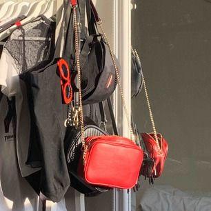 cute röd handväska från h&m