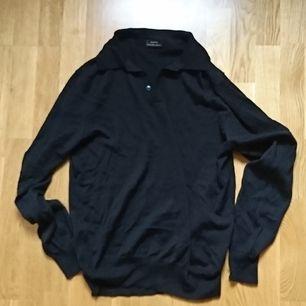 Ull/polyester blandad tröja från Zara, har klippt bort lappen så minns inte exakta procenten. Storlek L men liite lite så snarare en M, fint skick.