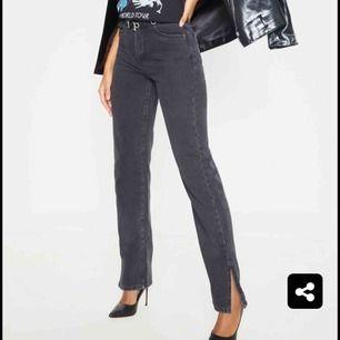 Skitsnygga SVARTA jeans från prettylittlething i strl 36 med slit längst ner. Jag ligger mellan 34/36 men mer mot 34 så de blev för stora tyvärr. Passar bra på en vanlig 36a. Nypris ca 350kr tror jag, mitt pris 200kr + frakt(80kr).