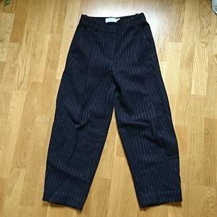 Kritstreck, dessade byxor i 50% ull 50% polyester från & Other stories, storlek 34. Supersnygga och i fint skick!