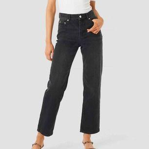 Super trendiga vida jeans från Nakd, Svarta och strl 34. Inpricip oanvända då jag beställde fel storlek!