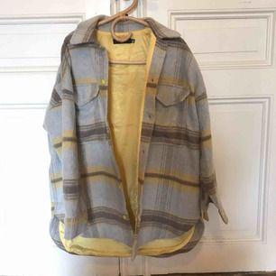 Missguided checked/rutig coat, skjorta, jacka. Fint skick inte mkt använd. Plus frakt på 63kr. Passar 34-38 beroende på hur man vill att den ska sitta