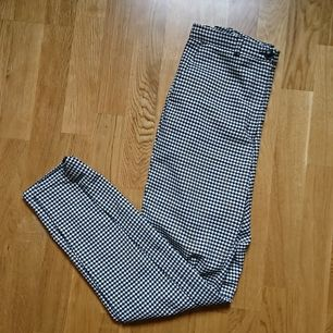 Hundtandsmönstrade byxor från Monki, i fint skick men sätter ett lågt pris då ena hällan har lostnat och behöver sys, storlek 34.