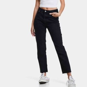 Mom jeans från bikbok, mina är urtvättade så lite mer gråa. Pris går att diskutera men frakt läggs till💕💕