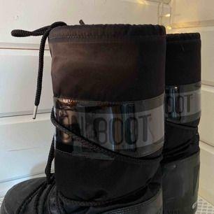 1000kr vid snabb affär. storlek 36-38. asfeta moon boots köpta på wakakuu oktober 2019 för 2000kr. priset kan diskuteras, köparen står för frakten 😘