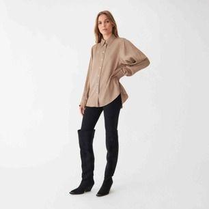 Nyköpt skjorta från Carin Wester i skönt material. Säljes p.g.a. tvättade i för hög temperatur så krympte lite en storlek från 36 till 34. Därmed tyvärr lite försliten för mig. Priset är exkl frakt 🌱