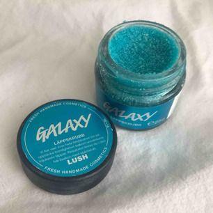 Galaxy Lip scrub från Lush. Nypris 99:-. Den är öppnad och använd kanske 3-4 gånger men finns mycket kvar i.