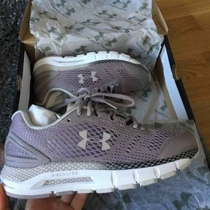 Running shoes/ träningsskor från Under Armour.  HOVR modell (women) med Bluetooth uppkoppling.  Storlek 36,5.  ALDRIG ANVÄNDA!!  Nypris: 1500kr