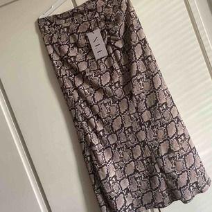 Skit snygg kjol (som endast är testad en gång)från na-kd❤️🦋 Kostar bara 40 kr plus frakt om man ej möts upp i Gbg Allt tvättas och stryks innan de skickas iväg ❤️