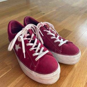 Snygga röda converse platform skor, har bara använt dom ca 5 gånger och säljer för att dom är för små för mig. Lite missfärgning på ett av skosnören men de är pga skon. Dom är i bra skick. Kan mötas i Uppsala annars kan vi prata om de