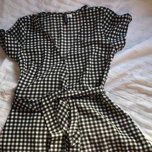 Klänning från HMs märke DIVIDED! Köpt förra sommaren men använd högst 3 gånger och i fint skick. Den går omlott och har två knappar + bälte 🌿 Frakt: 50kr!