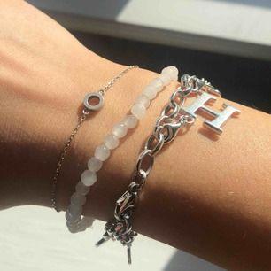 Högst upp - armband från Edblad 60 kr  Mitten - armband med transparenta/vita pärlor 30 kr