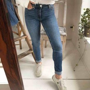 Klassiska skinny jeans från Monki, midwaist, passar bäst storlek 34. Jag är 160cm och benen är lite för långa på mig. Skick: nyskick, använda ett fåtal gånger. Frakt tillkommer!