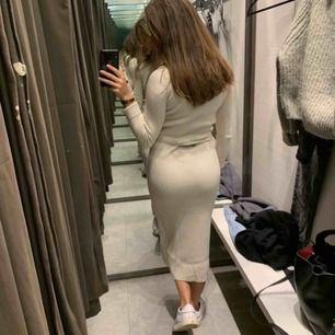 """Beiget set från zara, passar xs/s. Kjolen är lite större men går att """"spänna"""". Köpt i oktober så inte haft det så länge, superskönt och sitter väldigt fint 🥰"""