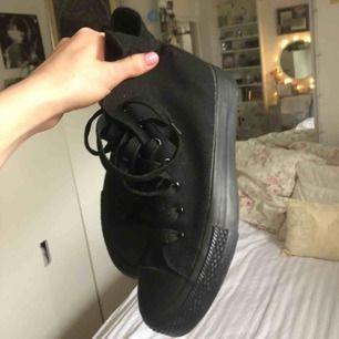 """Svarta Converse, köpta secondhand hand men aldrig använda. Lite tjockare sula än """"vanliga"""" converse."""