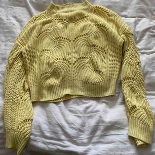 Säljer två super snygga stickade tröjor ifrån Gina en gul och en vit🥰 frakt 79kr ) pris diskuteras☺️