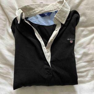 """Super fin """"piké"""" tröja ifrån gant🥰  Frakt 55kr) pris diskuteras🥰 (det är ingen röd fläck utan kameran som har gjort så det ser ut som det)"""