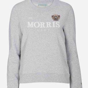 Tröja från Morris Lady, har för mycket kläder så säljer denna, väldigt lite använd! Som på första bilden fast med flagga (se bild 2-3)Ny:1200:-