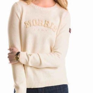 Säljer en gammal favorit i min garderob - stickad tröja från Morris Lady, med flagga i beige färg ☺️ Ny kostar 1300:- och förmodligen slutsåld. Köparen betalar frakt eller möte i Stockholm