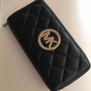 Säljer denna fina plånbok, den är i bra skick då den knappt kommit till användning då jag inte haft behöva en så stor plånbok. Den är väldigt rymlig och bra!  osäker på äktheten.