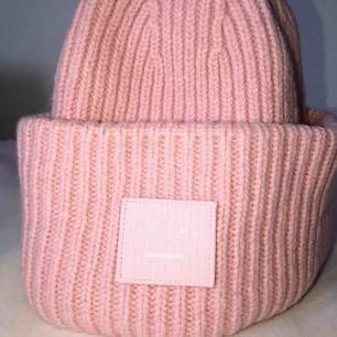 Rosa ACNE mössa💖nypris 1200!! Mycket fint skick, små sminkfläckar finns men syns knappt(se bild 3).Bud från 700, LB 850.